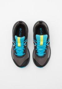Columbia - YOUTH TRAILSTORM UNISEX - Trekingové boty - dark grey/cyan blue - 3