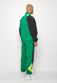 Reebok Classic - 2020-04-01 CLASSICS TWIN VECTOR TRACK PANTS - Tracksuit bottoms - green - 3