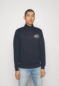 Tommy Jeans - TONAL LOGO MOCK NECK - Sweatshirt - twilight navy - 0