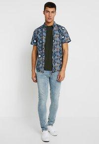 Burton Menswear London - BASIC CREW 3 PACK MULTIPACK - T-shirt - bas - khaki/frost/navy - 1
