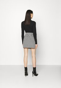 Missguided - HOUNDSTOOTH SKIRT - Mini skirt - black - 2