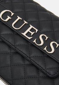 Guess - ILLY CONVERTIBE CROSSBODY FLAP - Schoudertas - black - 4