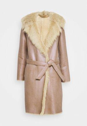 RIKE SHEARLING COAT - Manteau classique - camel/light camel