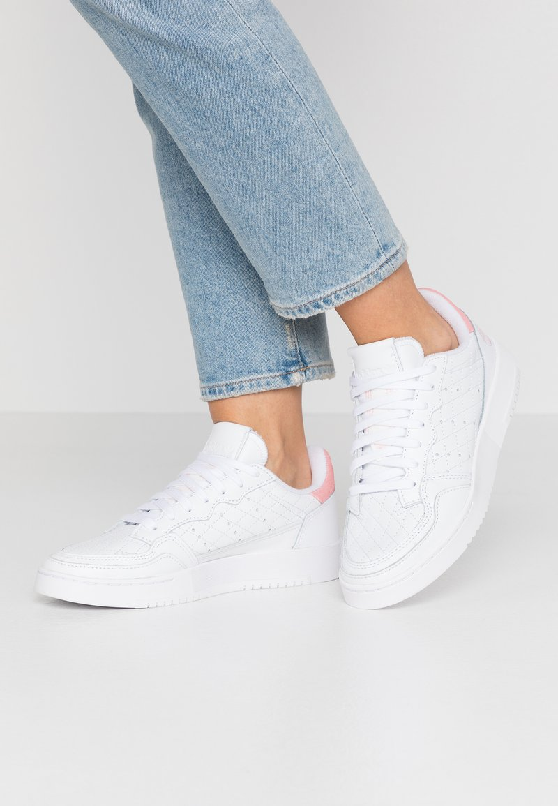 adidas Originals - SUPERCOURT  - Trainers - footwear white/glow pink