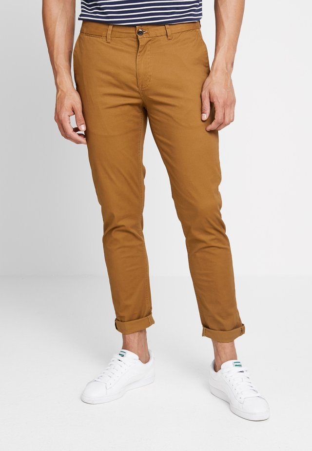 MOTT CLASSIC SLIM FIT - Pantalones chinos - walnut