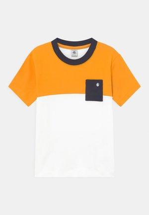 MAILING COLOURBLOCK  - T-Shirt print - tehoni/marshmallow
