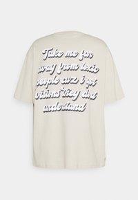 Pegador - GRANADA OVERSIZED TEE UNISEX - Print T-shirt - whisper white - 1