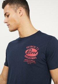 Petrol Industries - LOGO BASIC - T-shirts print - deep navy - 4