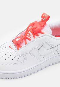 Nike Sportswear - FORCE 1 TOGGLE UNISEX - Trainers - white/bright crimson/high voltage - 5