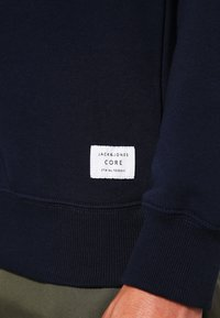 Jack & Jones - JCOPINN HOOD REGULAR FIT - Hættetrøjer - navy blazer - 4