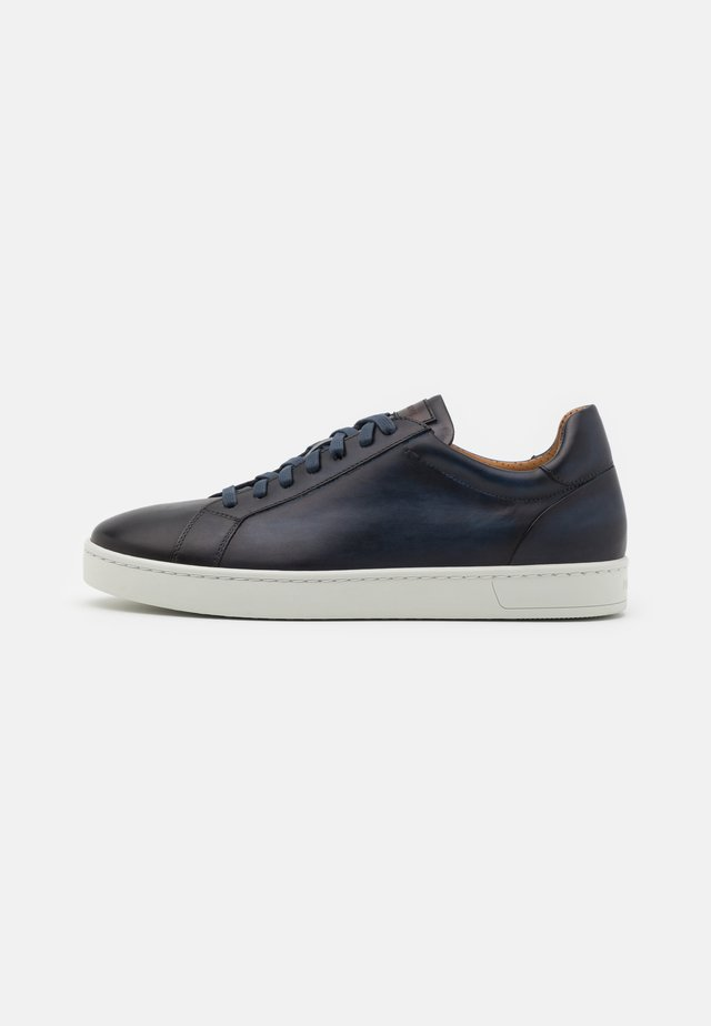 MIKEL - Sneakers - azul/coñac