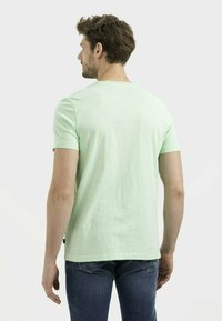 camel active - MIT BRUSTTASCHE AUS ORGANIC COTTON - Basic T-shirt - light green - 2