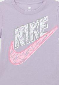 Nike Sportswear - GRAPHIC - Print T-shirt - purple chalk - 2