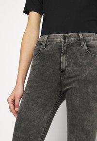 J Brand - ALANA HIGH RISE CROP SKINNY - Skinny džíny - radical - 3