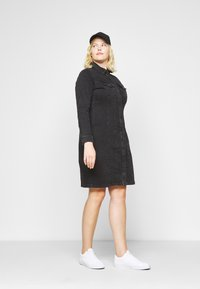 Vero Moda Curve - VMAVIIS STITCH DRESS  - Denim dress - black - 1