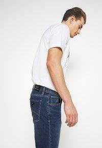 Armani Exchange - 5 POCKET PANT - Slim fit jeans - indigo denim - 4