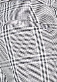 Banana Republic - CURVY SLOANKIKIPLAID - Trousers - black/blanco - 2