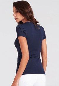 Guess - SLIM FIT - T-shirt z nadrukiem - blue - 2