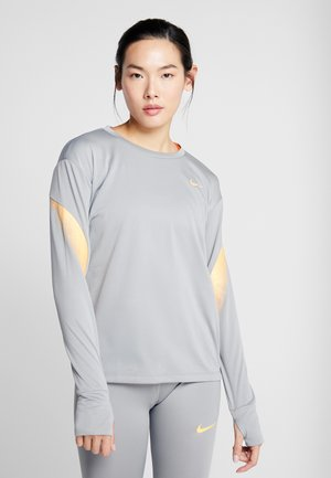 MIDLAYER RUNWAY - Sportshirt - particle grey/laser orange