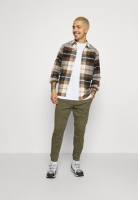Hollister Co. - JOGGER CORE - Trousers - olive - 1