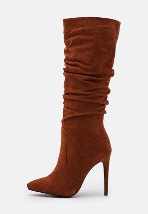 SELAH - Boots med høye hæler - cognac