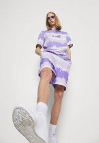 adidas Originals - UNISEX - Shorts - light purple/multicolor - 3