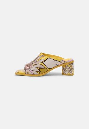 Heeled mules - jaune/lilas