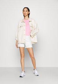 Gina Tricot - TARA - Shortsit - warm white - 1