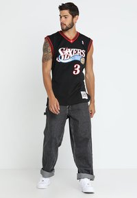 Mitchell & Ness - NBA PHILADELPHIA  ALLEN IVERSON SWINGMAN  - Article de supporter - black/white - 1