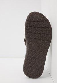 Teva - VOYA FLIP MENS - Sandály s odděleným palcem - chocolate brown - 4