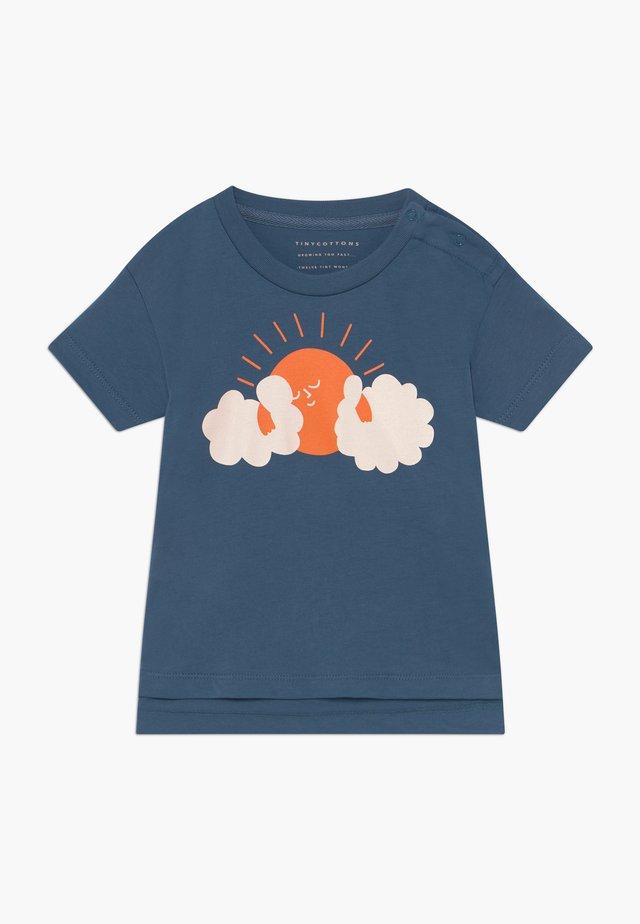 SUN TEE - T-shirt con stampa - summer navy/brick