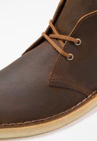 Clarks Originals - DESERT BOOT - Stringate sportive - beeswax - 5
