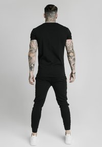 SIKSILK - PRESTIGE STRAIGHT GYM TEE - Triko s potiskem - black/gold - 2