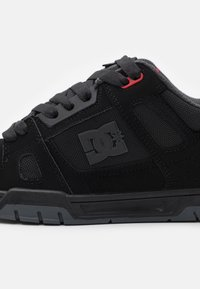 DC Shoes - STAG UNISEX - Skate shoes - black/grey/red - 5