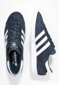 adidas Originals - HAMBURG - Matalavartiset tennarit - collegiate navy/white/gold metallic - 1