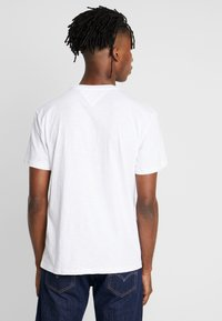 Tommy Jeans - TEXTURED TEE - T-shirt imprimé - classic white - 2
