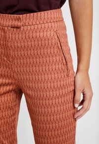 Yargici - FRONT CUT DETAILED TROUSERS - Chinos - bordeaux - 5