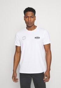 Levi's® - BOXTAB GRAPHIC TEE - T-shirt med print - white - 0