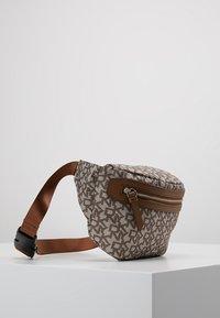 DKNY - CASEY  LOGO - Bum bag - chino logo/vicuna - 4