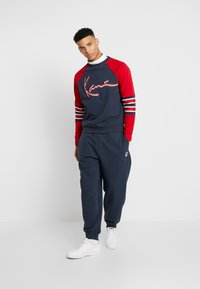 Karl Kani - SIGNATURE BLOCK CREW - Mikina - navy/red/white - 1