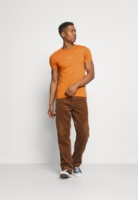 Calvin Klein Jeans - MICRO BRANDING ESSENTIAL TEE - Basic T-shirt - rusty orange - 1