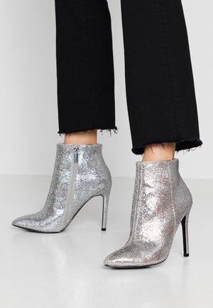 Kotníková obuv na vysokém podpatku - silver