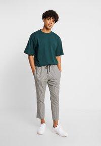 Urban Classics - Basic T-shirt - bottlegreen - 1