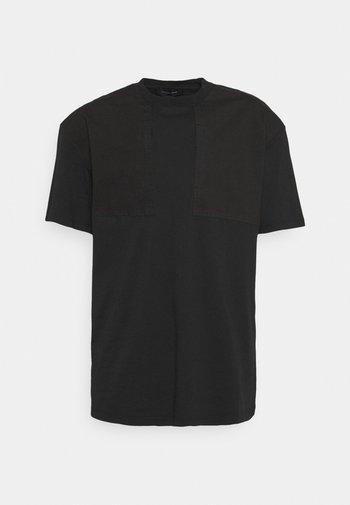 UTILITY PANEL TEE - Camiseta básica - black