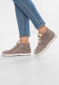 HUB - SUBWAY - Sneakers hoog - dark taupe/bone - 0