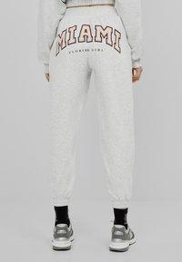 Bershka - MIT PRINT - Teplákové kalhoty - grey - 2