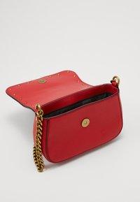 Versace Jeans Couture - DISCOBAGRODEO - Taška spříčným popruhem - rosso - 2