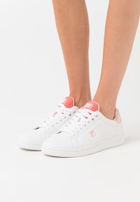 Fila - CROSSCOURT 2 - Trainers - white/spiced coral - 0