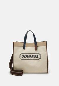 Coach - FIELD TOTE 40 WITH BADGE UNISEX - Tote bag - ji/natural/multi - 2