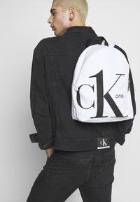 Calvin Klein Jeans - ROUNDED - Batoh - white - 1